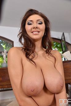 Hot Sexy Chubby Babe Nessi Boob 14